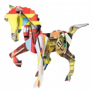 Sculpture totem cheval en carton studio roof