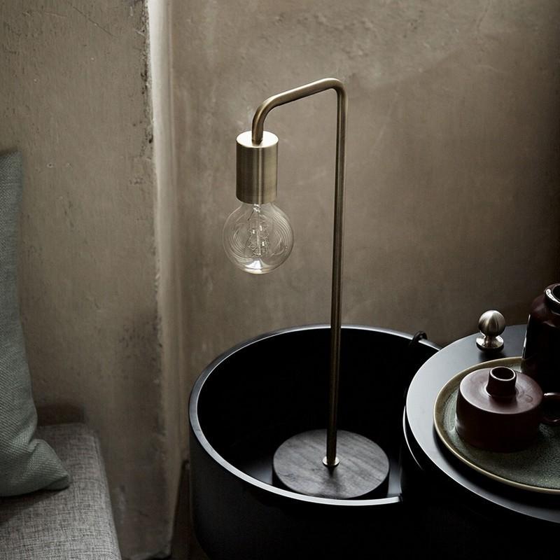 lampe de table retro cool frandsen laiton antique socle bois chene fonc. Black Bedroom Furniture Sets. Home Design Ideas